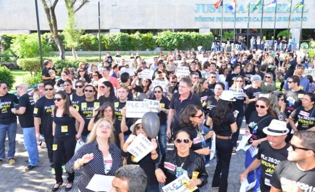 Servidores do TRT no Ceará entram em greve e fazem ato público